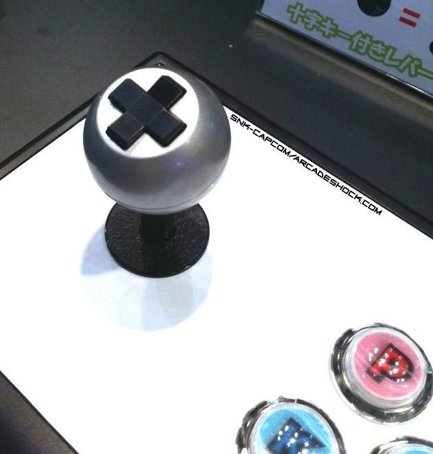 Sanwa met une croix directionnelle sur une boule de stick arcade
